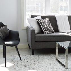 sofa com almofadas na sala