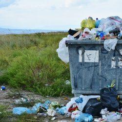 container de lixo na rua