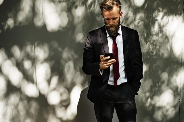 homem elegante de terno com barba